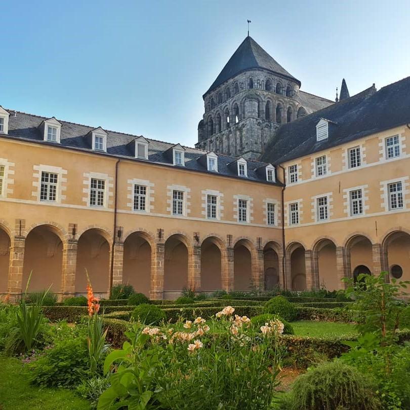 Tour carrée romane Abbaye Saint Sauveur