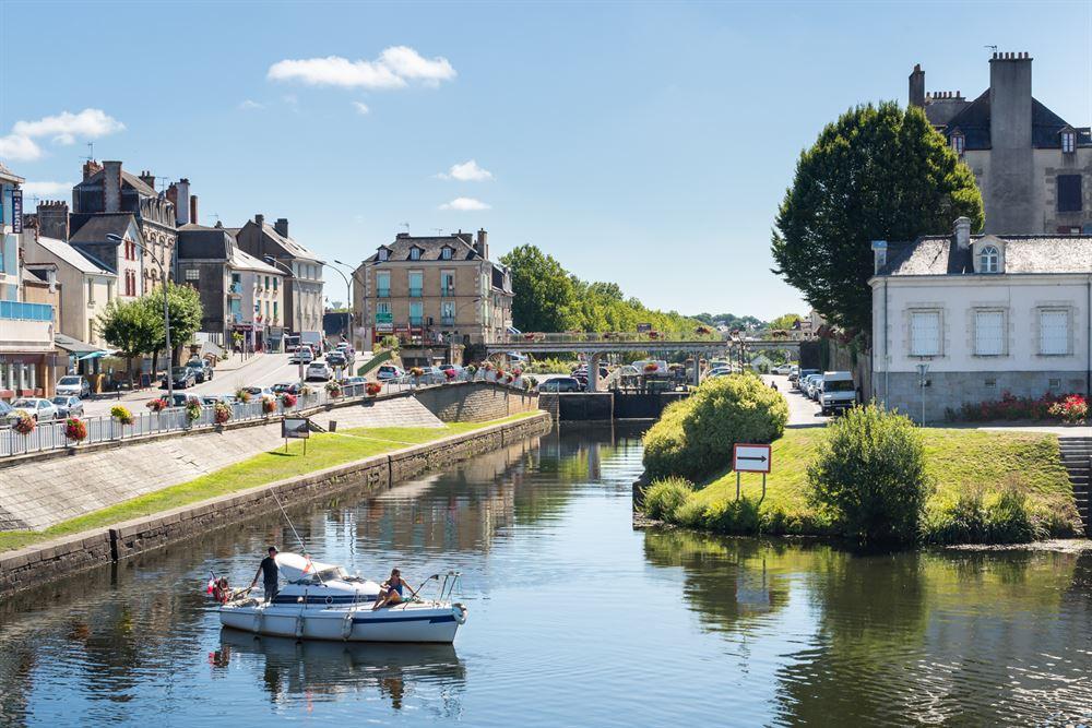 Le canal de Nantes à Brest séparant la vieille ville du quartier du port à Redon