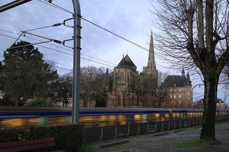 Le train passe au pied de l'abbaye - Redon