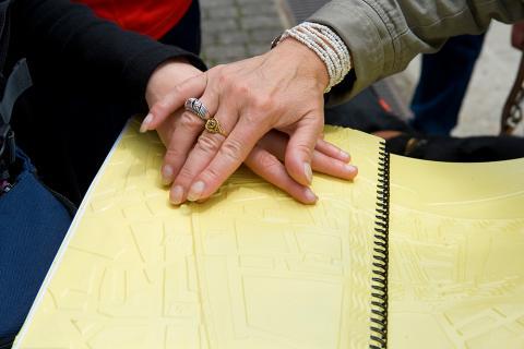 Lecture du guide de Redon en braille